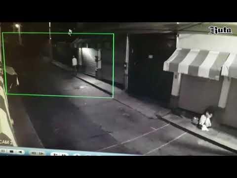 C�mara de vigilancia capta el momento del robo de otra c�mara
