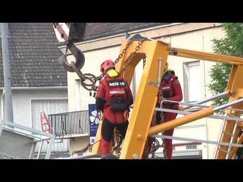 Camion-grue dans la Seine: 2 rescapés (Pont-Sainte-Marie)
