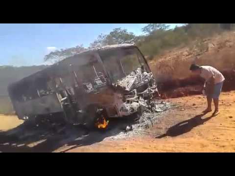 Ônibus do programa caminho da escola pegando foto em Piripá - Bahia
