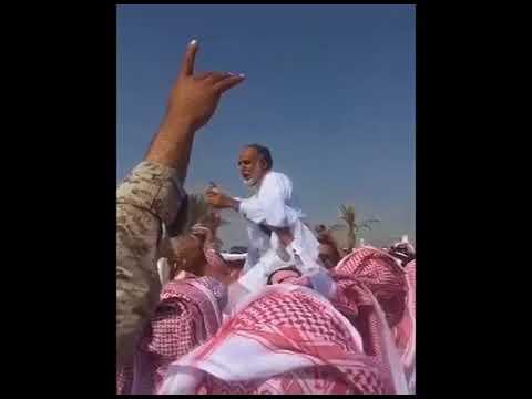 """#فيديو : مواطن يفاجئ قاتل ابنه بـ""""قرار إنساني"""" في ساحة القصاص.. #شاهد ردة فعل المتواجدين #السعوديه"""