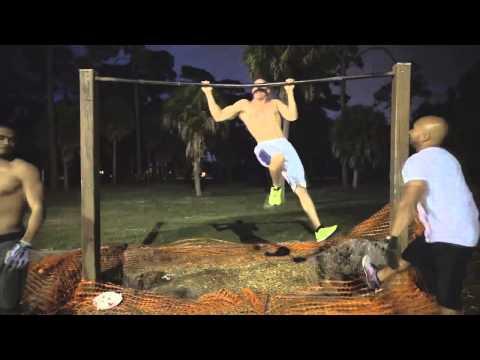 肌肉猛男的單槓很不一樣,完全違反地心引力的漫步,超有梗的!