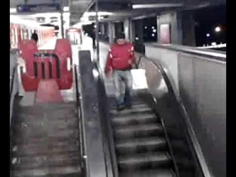 borracho aferrado en la linea 9 del metro, podra bajar las escaleras?