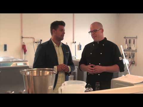 Een kijkje in de keuken - In 2010 hebben wij onze eerste winkel geopend in Wierden. Ruim opgezet, met een zeer groot aanbod van vers gemaakt ambachtelijk schepijs en authentieke handgemaakte bonbons. Wij wilden met onze eerste vestiging niet alleen de lekkerste producten bieden maar ook de beleving, de ervaring en ambiance die passen bij onze heerlijke producten.