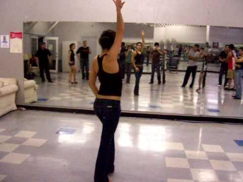 Движение рук в исполнении поворотов в сальсе - женская партия