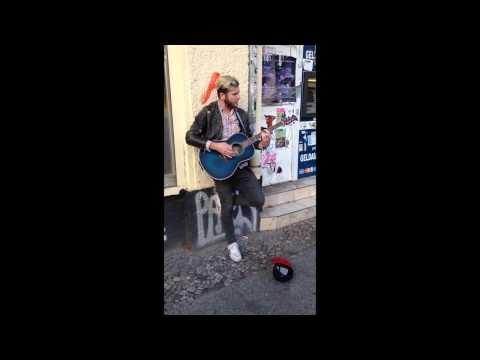 Utcazenész énekel egy Bronski Beat számot