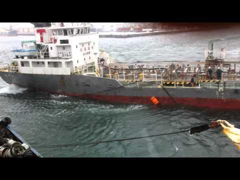 Японское судно врезалось и зацепило якорь