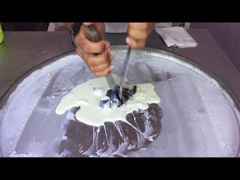 泰國街頭小販製作冰淇淋卷,暗黑指數驚人...