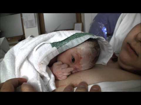 剛出生的小嬰兒不想要老爸繼續拍攝,比出了人類本能反應的手勢!
