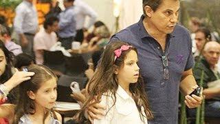 Edson Celulari levou sua filha, Sophia, para passear em um shopping do Rio de Janeiro, nesta quarta (11). Leia em O Fuxico.