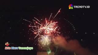 Dentuman kembang api yang spekatakuler ini dipersembahkan oleh Arto Moro Tanemjoyo. Toko HP dan elektronik terbesar di Ponorogo dalam rangka menyambut tahun baru 2017Lebih dekat dengan trendTV via :Facebook : http://facebook.com/trendtvIDTwitter : @trendtvIDIG : trendtv.id