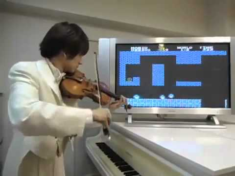 Violinist perfectly imitates the sound effects and music of a Super Mario game