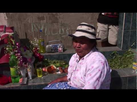 Día de los Muertos y comida. Cementerio de Villa María del Triunfo, Perú