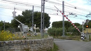 Locatie: Str. Vicinale Torre di MizzoTraject: Bari - Conversano - Putignano, Bari - Casamassima - PutignanoSoort: FS 64Rode lichten: 2Girandola (spinner): 2Bellen: 2Bomen: 2Passeren:- L1bis Putignano → BariVideo is gemaakt op 05-05-17