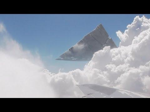 ufo a forma di piramide tra le nubi sopra le hawaii!