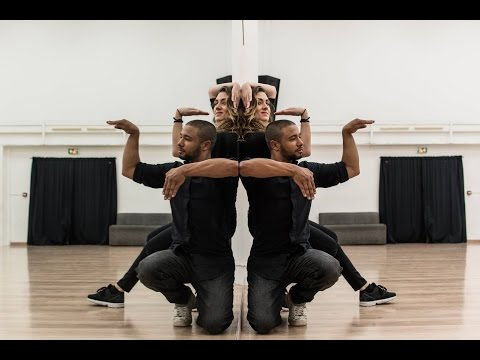 """Хит YouTube: танцовщики исполнили """"зеркальный танец"""""""