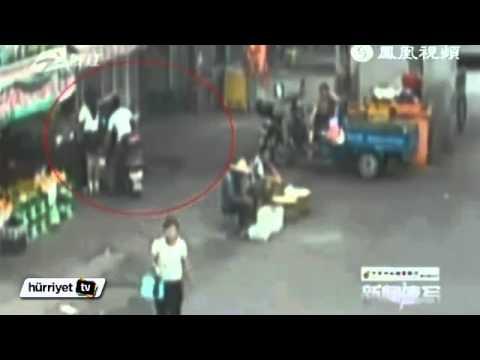 Mini Etekli Kızları Cep Telefonuyla Görüntüleyen Sapık Kameralara Yakalandı