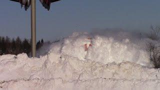 Niesamowity widok pociągu pędzącego przez zaśnieżone tory!