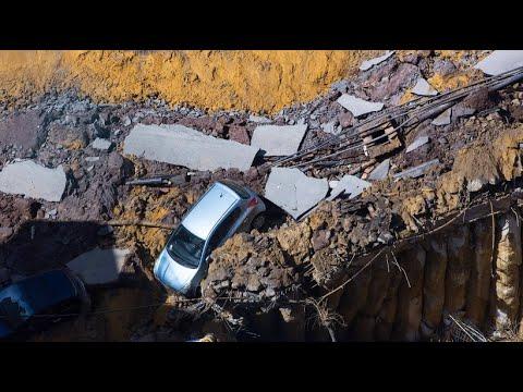 Riesiges Erdloch in Rom verschlingt mehrere Autos