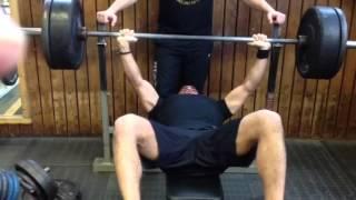 Flachbank ,normale Ausführung der Übung.Beanspruchte Muskelgruppen: Brust,Trizeps,Bauch.