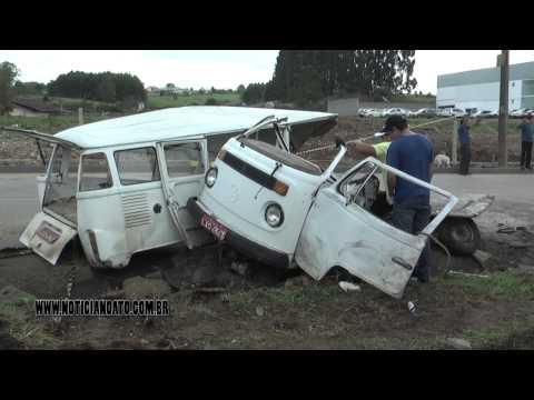 Kombi parte ao meio após acidente na BR-282 em Lages