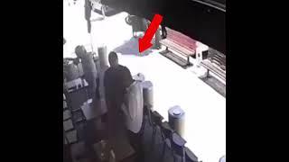 Uciekający złodziej zostaje schwytany przez obserwatora rzucając krzesło