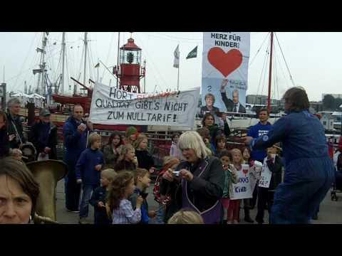 Protestaktion auf dem Hamburger Rathausmarkt gegen Schließung der Elternschulen