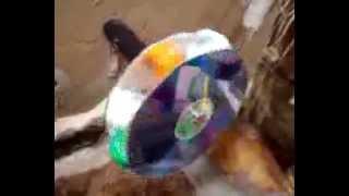 Consegui minha roda para a cascata com dois cd's velhos e tampinhas de garrafa