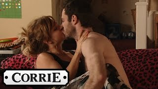 Download Video Coronation Street - David Nearly Catches Callum & Sarah MP3 3GP MP4