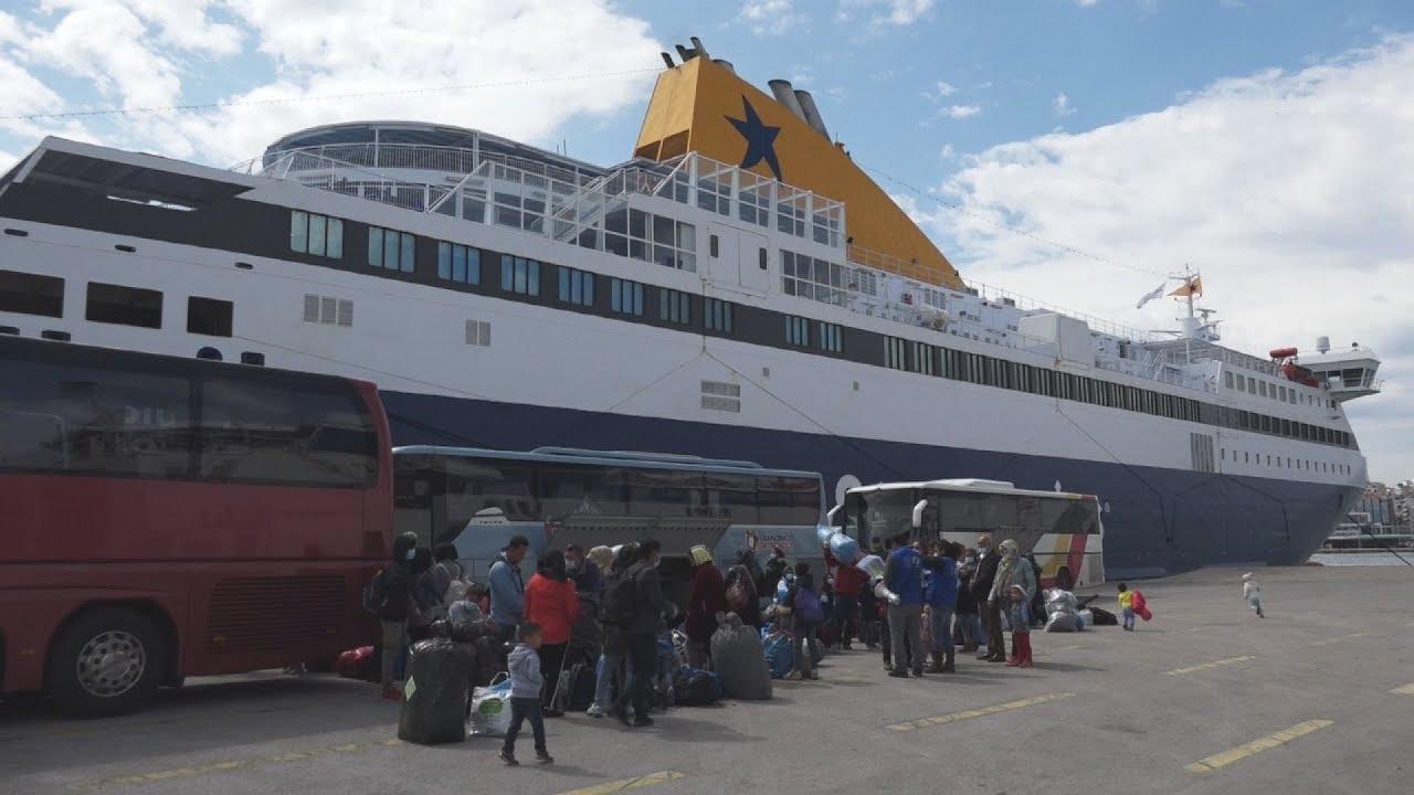 Άφιξη προσφύγων στον Πειραιά με το Blue Star Μύκονος