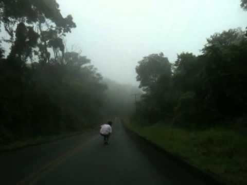 Longboard Downhill no CINDACTA em Chapada dos Guimarães na Neblina