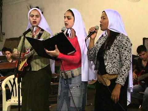 Irmãs Lídia, Midian e Elaine da igreja em Ibitinga louvam a Deus