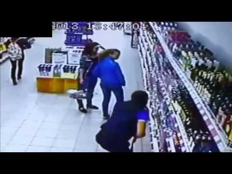 crolla un intero scaffale di liquori in un supermercato.