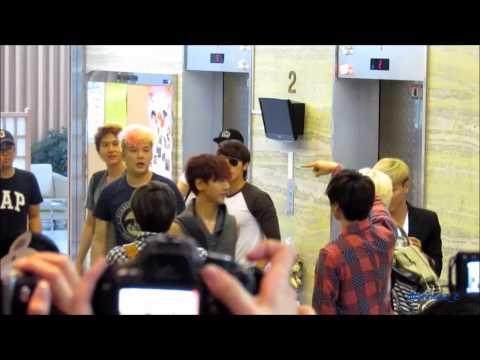 [Fancam]120720 Super Junior After KTR - Taking photos with fans