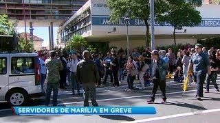 Servidores municipais cruzam os braços e protestam em Marília