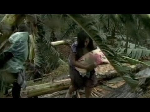 Philippines: Floods of refugees flee Typhoon Bopha