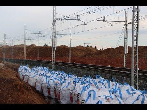 """Sacchi bianchi """"rifiuti speciali"""" lungo la ferrovia a Cislago"""