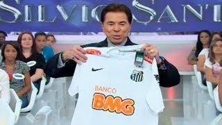 Após o show do elenco de Carrossel, que reuniu cerca de 9 mil pessoas na Vila Belmiro, o Santos FC presenteou Silvio Santos...