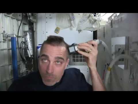 Astronauta se afeita la cabeza en el espacio