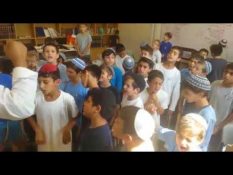 """ילדי בית ספר נעם ברעננה רקדו """"יחי"""" לרפואת הרב זמרוני"""