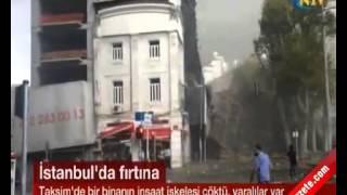 Taksim'de bir inşaatı iskelesi çöktü. O anlar saniye saniye kameralara yansıdı. Taksim'de Dolapdere'ye inan caddenin hemen başında gerçekleşen olay büyük panik yarattı. Yaşanan olay sonrası yaralıların olduğu öğrenildi.