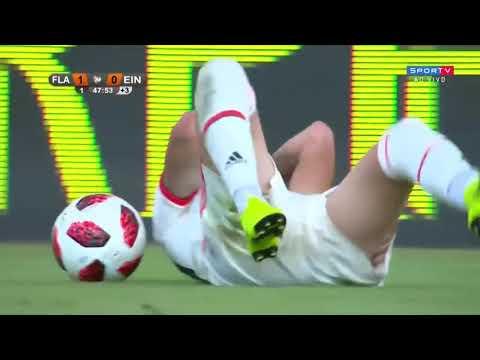 Uma bela jogada do jovem Thiago Santos contra do F...