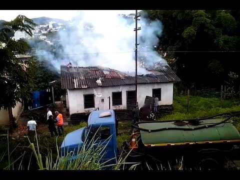 Casa pega fogo em Itabirito no bairro de Lourdes