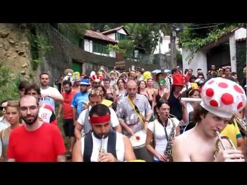video que muestra a un grupo de gente celebrando el carnaval en honor a Super Mario
