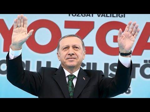 Σκληρή απάντηση Γιούνκερ στις αντιδράσεις Ερντογάν για το σατιρικό τραγούδι