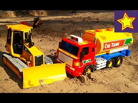 С игрушками на пляже. Игрушки для детей Про экскаватор, трактор, бензовоз, машинки на песке (видео)