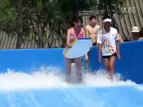 正妹玩沖浪,泳褲竟被沖掉!GG了