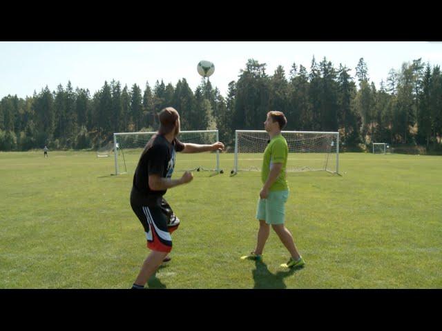 Dùng chân đá bóng xưa rồi, giờ là dùng tay đấm bóng :3