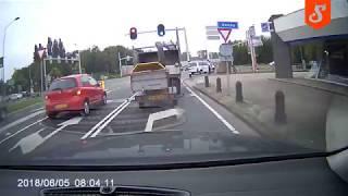 Seba w Hondzie Civic kasuje swoje auto przy wjeździe na autostradę!