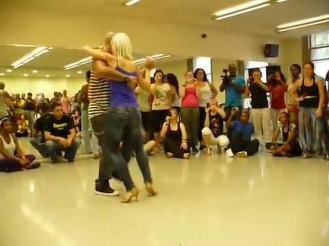 Sexy blondinka zapleše ples z fantom