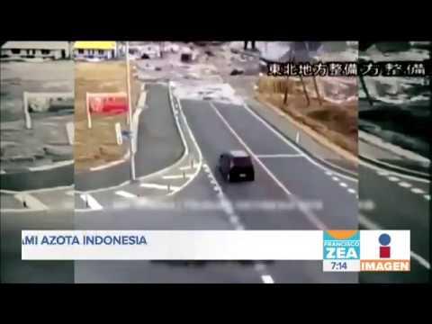 Increíble momento en que tsunami azota Indonesia ¡y automovilistas tratan de escapar!